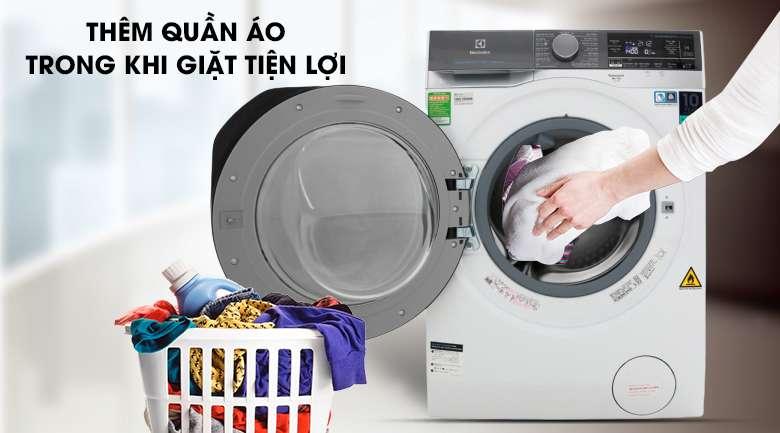 Thêm quần áo khi máy đang giặt tiện lợi - Máy giặt sấy Electrolux Inverter 10 kg EWW1042AEWA