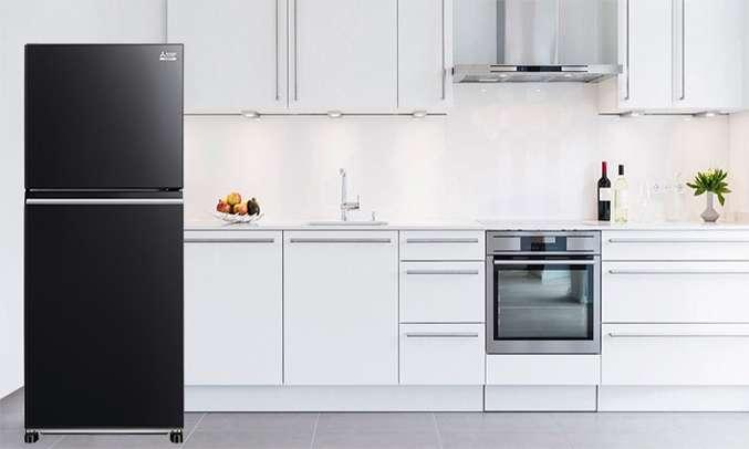 Tủ lạnh Mitsubishi Electric 344 lít MR-FX43EN-GBK-V (2 cửa) được thiết kế mặt gương sang trọng